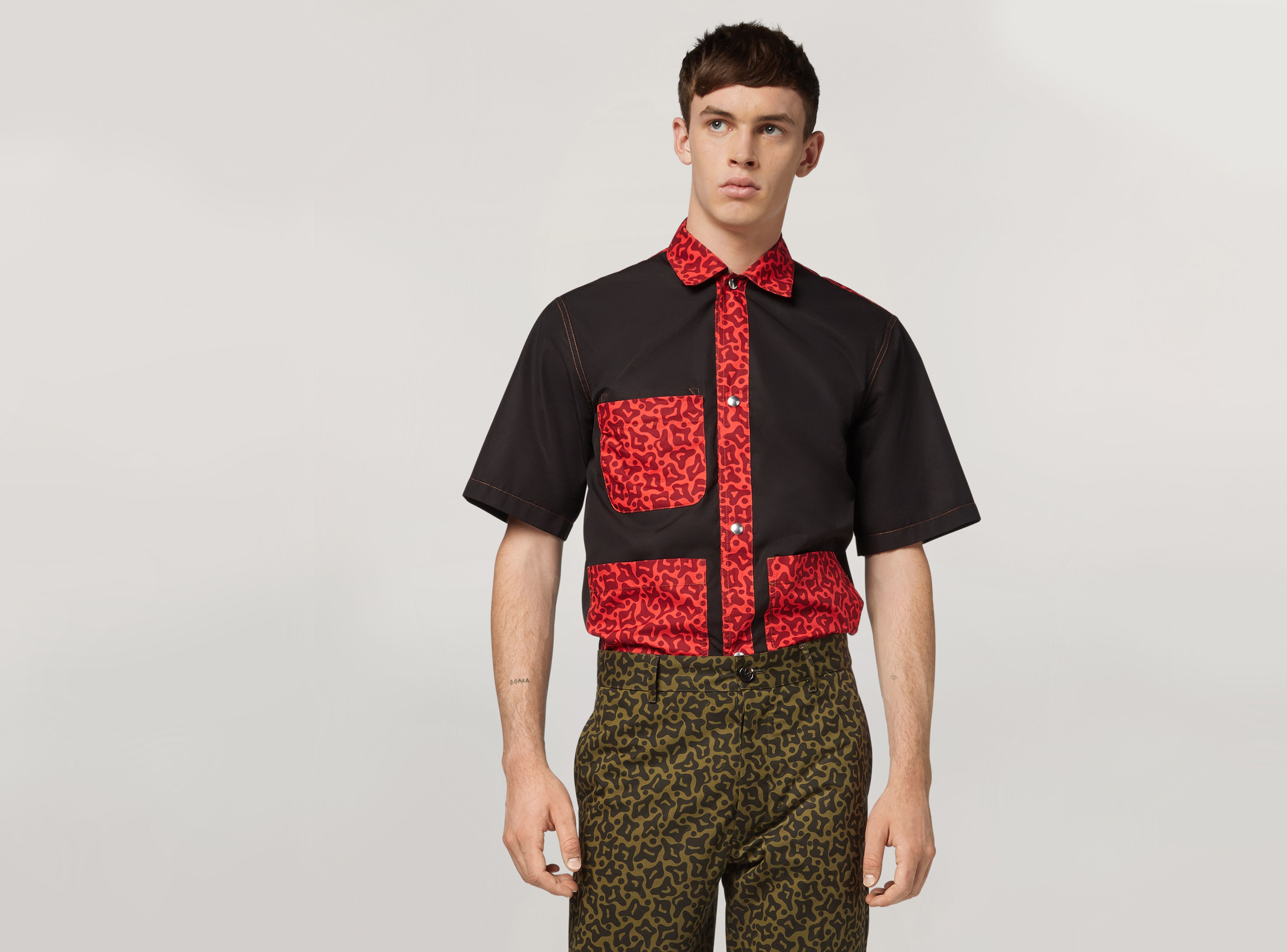 Model wear a shirt with a che guerrila print from the resort 2020 collection